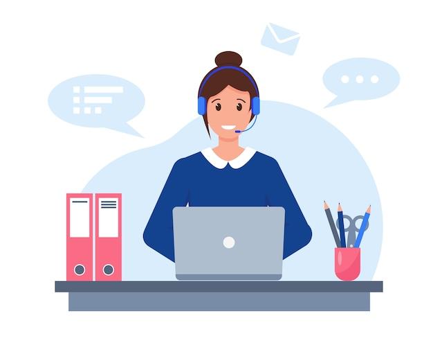 Молодая женщина с наушниками, микрофоном и компьтер-книжкой работая в концепции обслуживания клиентов, поддержки или call-центра.