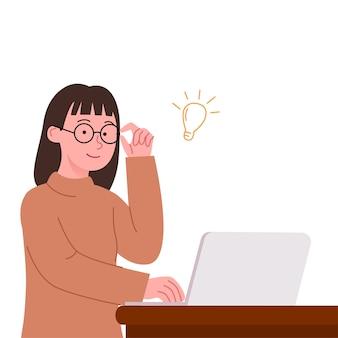 若い女性はラップトップのフリーランスの作家と仕事をする