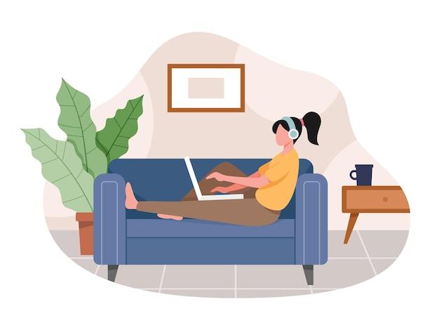 가정에서 일하는 젊은 여자. 프리랜서 작업 개념, 사람들은 집에서 원격으로 작업합니다.