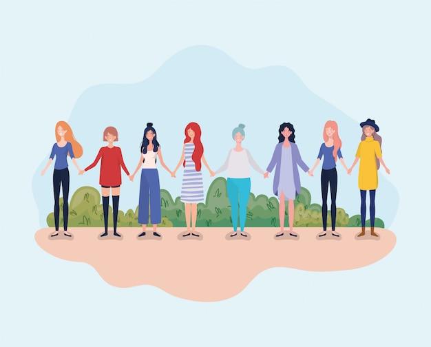 Группа молодых женщин стоит в лагере
