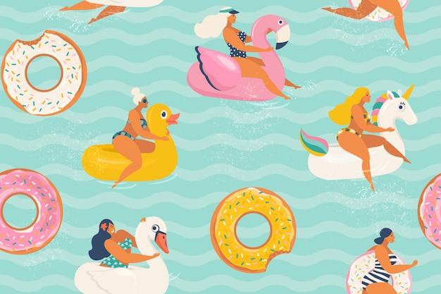 Молодые женщины отдыхают и загорают на надувных кольцах разной формы утки, единорога, белого лебедя, пончика, фламинго в бассейне.