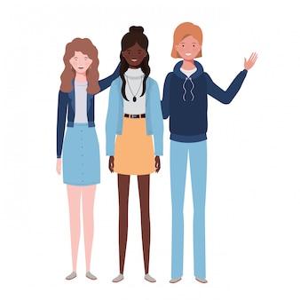 Молодые женщины стоя на белом