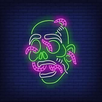 Testa di zombie con insegna al neon di vermi