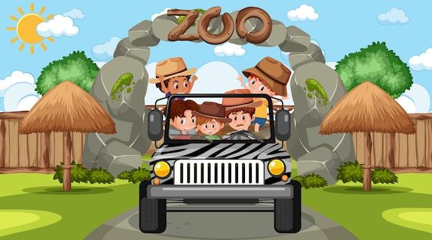 Зоопарк в дневное время со многими детьми в машине джипа