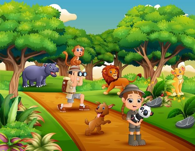 정글에서 동물을 가진 사육사 소년과 소녀