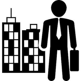 Mann in Business-Kleidung mit Koffer in einer Stadt