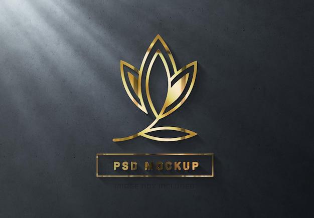 3d glänzendes goldenes logozeichen auf dunkler wand