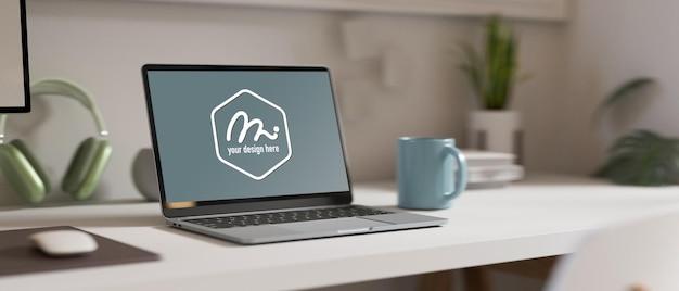 3d-rendering, einfacher arbeitsbereich mit laptop-becher-kopfhörer und blumentopf auf dem tisch