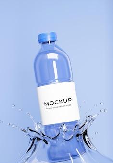 3d rendern der blauen wasserflasche mit spritz- und etikettenmodell