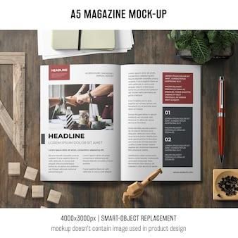 A5-broschüre-modell auf schreibtisch