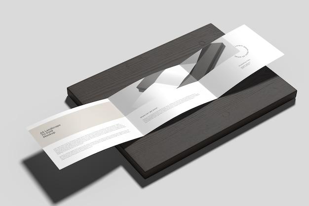 A5 landschafts-trifold-broschürenmodell auf dem holz
