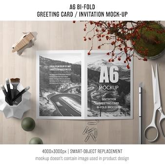 A6 zweifach gefaltete einladungskarte vorlage mit schere und pflanze