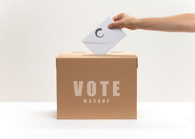 Abstimmungsmodell mit umschlag und wahlurne