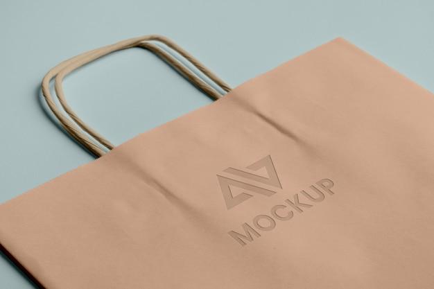 Abstraktes modelllogo auf einkaufstasche