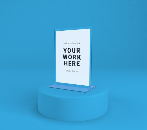 Acrylständer zeigen ein isoliertes papier an