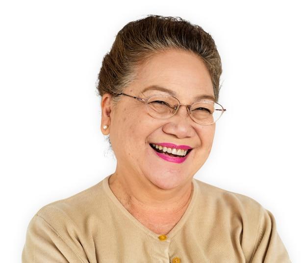 Ältere erwachsene frauen, die glückliches konzept lächeln