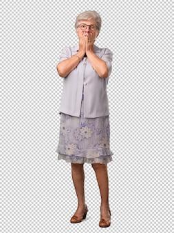 Ältere frau des vollen körpers sehr erschrocken und ängstlich, hoffnungslos nach etwas, schreie des leidens und der offenen augen, konzept des wahnsinns