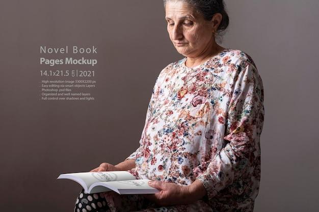 Ältere frau, die ein romanbuch liest