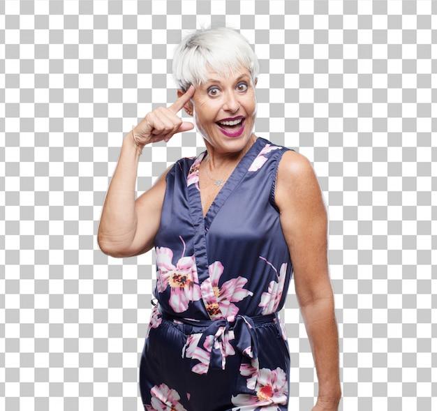 Ältere kühle frau, die glücklich und überrascht schaut, an eine erstaunliche neue idee lächelt und denkt