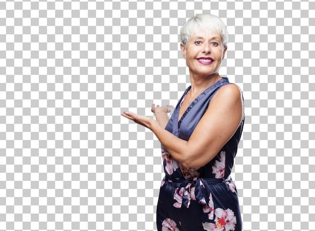 Ältere kühle frau, die mit einem stolzen, erfüllten und glücklichen blick, freundliche geste lächelt und sie grüßen.