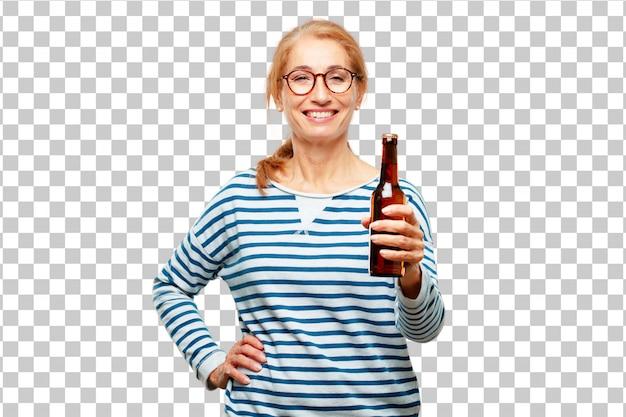 Ältere schöne frau, die ein bier isst