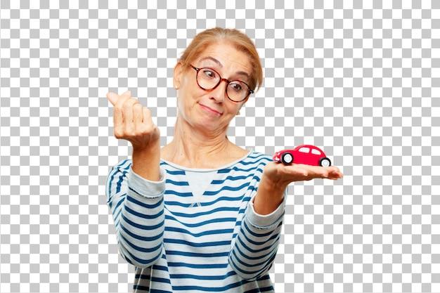 Ältere schöne frau mit einem roten automodell