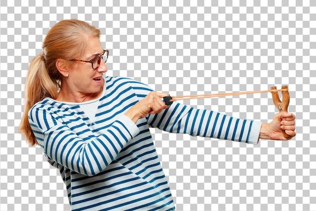 Ältere schöne frau mit einem slingshot