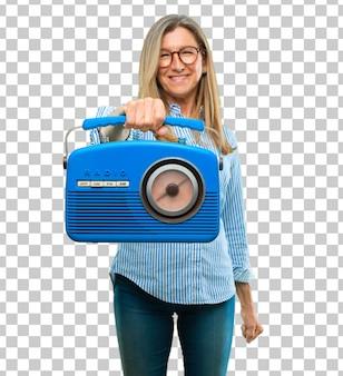 Ältere schöne frau mit einem weinleseradio