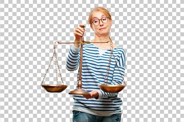 Ältere schöne frau mit einer gerechtigkeitbalance oder -skala