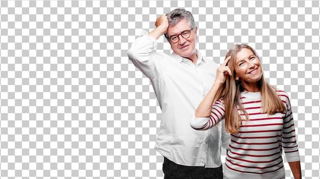 Älterer cooler ehemann und frau, die glücklich einige gute und überraschende nachrichten realisiert