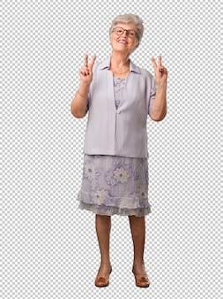 Älterer frauenspaß des vollen körpers und glücklich, positiv und natürlich