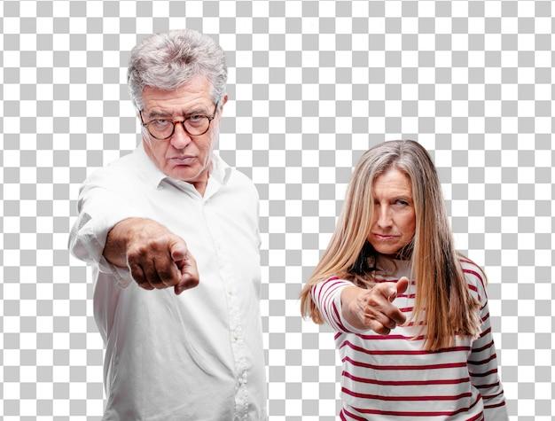 Älterer kühler ehemann und frau, die verärgert und überrascht schaut, vorwärts schreit und auf sie zeigt