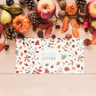 Äpfel und tannenzapfen mit bunter karte