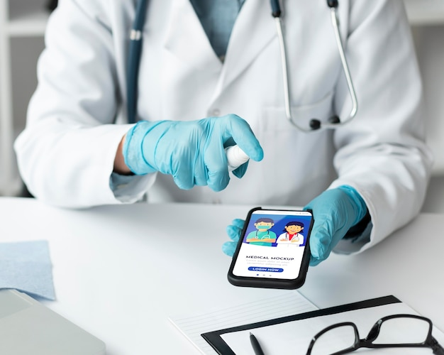 Ärztin, die ein modell-smartphone hält