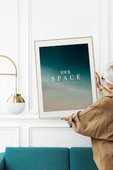 Ästhetisches rahmenmodell psd in einem wohnzimmer mit minimalem dekor