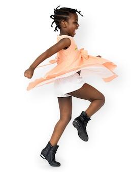 Afrikanisches spielerisches tanzenstudioporträt des kleinen mädchens