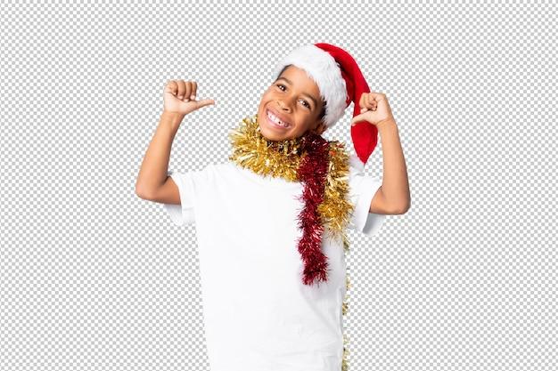 Afroamerikanerjunge mit dem weihnachtshut stolz und selbst zufrieden gestellt