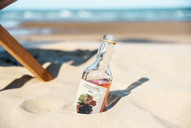 Alkoholisches getränk im sand
