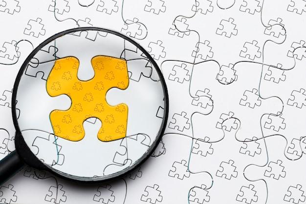 Anordnung mit lupe auf puzzle