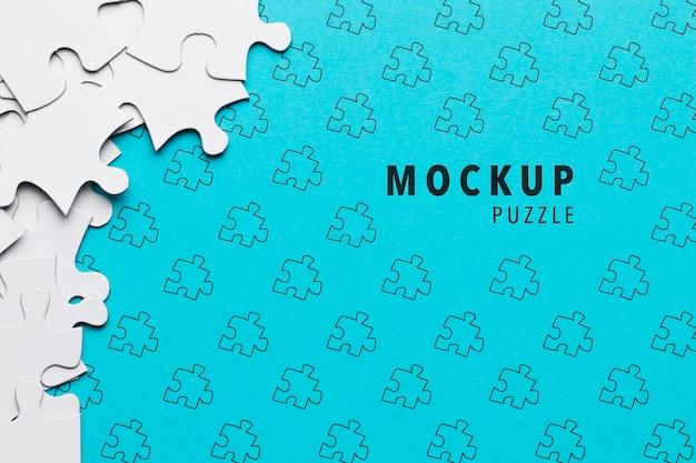 Anordnung mit puzzlespielstücken auf blauem hintergrund