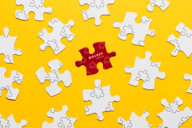Anordnung mit puzzlespielstücken auf gelbem hintergrund