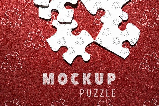 Anordnung mit puzzlespielstücken auf rotem hintergrund