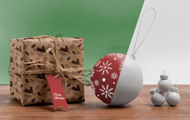 Anordnung mit weihnachtskugel und geschenk
