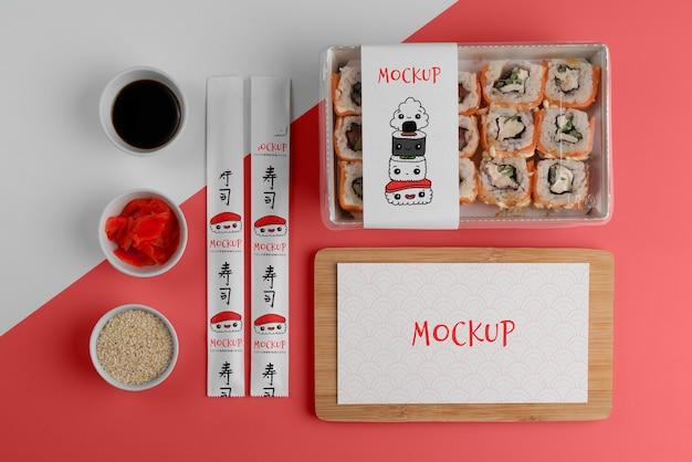 Anordnung von japanischem fast food mit mock-up-verpackung