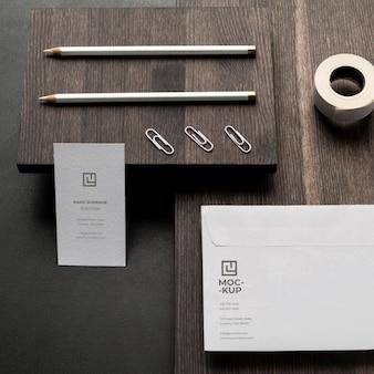 Anordnung von modellbriefpapier auf holz