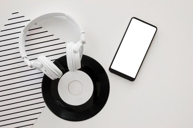 Anordnung von musikelementen auf weißem hintergrund