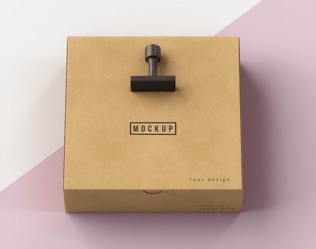 Anordnung von stempel und box beschriftet