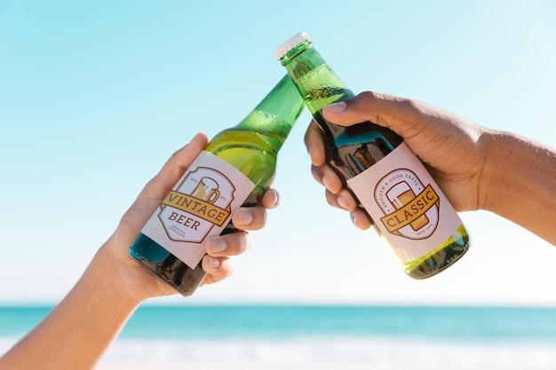 Anstoßen mit zwei rübenflaschen am strand