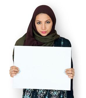 Arabische frau, die leerbeleg-brett hält