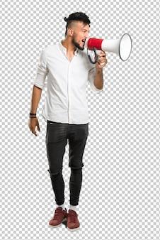 Arabischer junger mann mit weißem hemd schreiend durch ein megaphon